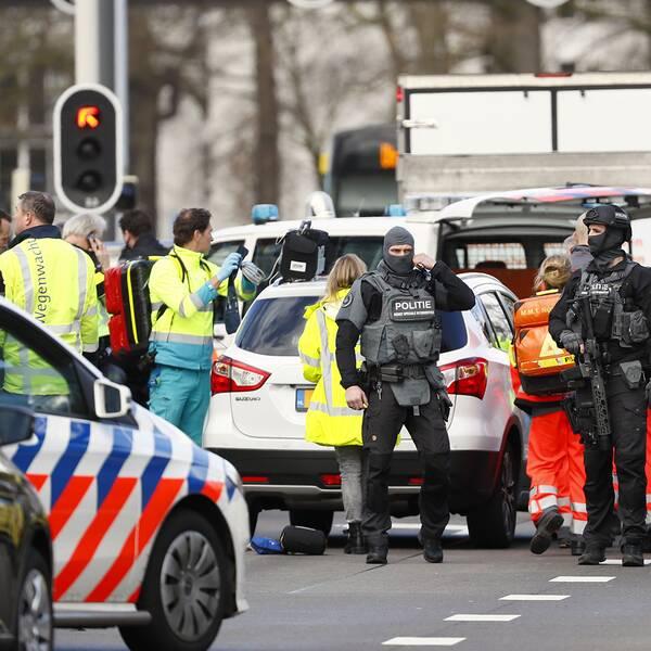 Polis och räddningspersonal vid platsen där skjutningen ägde rum i Utrecht i Nederländerna.