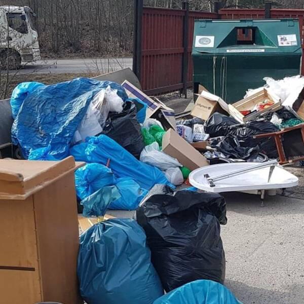 Dumpade sopor på en återvinningsstation.