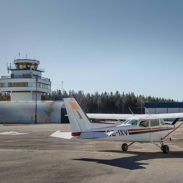 Mindre flygplan parkerat framför flygledartornet på Rörberg.