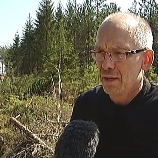 Mattias Dahlqvist, brandman från Katrineholm, berättar om jobbet med att släcka branden i Tjällmo norr om Motala