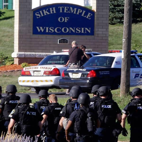 Stort polisuppbåd utanför sikh-templet i Oak Creek i Wisconsin.