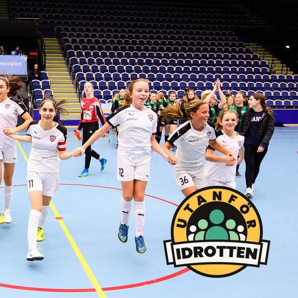Spelare från FC Rosengård jublar under en ungdomsturnering.