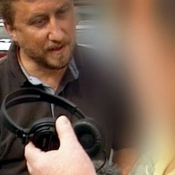 En bild från 2002 då Janne Josefsson konfronterar en politiker som gjort främlingsfientliga uttalanden i en dold kamerainspelning, och en aktuell bild på Janne Josefsson då han intervjuas för programmet Josefsson.