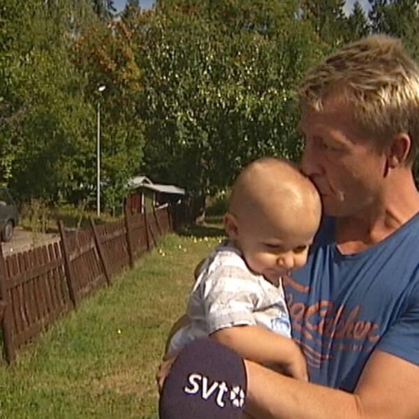 Mats Johansson med sitt yngsta barn.