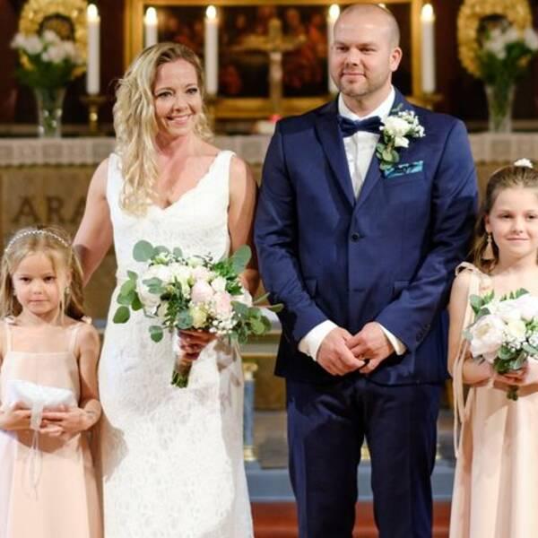 """Elin Eriksson och Tommy Lagerberg valde """"Fear of the Dark"""" som bröllopsmarsch. Vid deras sida stod döttrarna Li och Livia."""