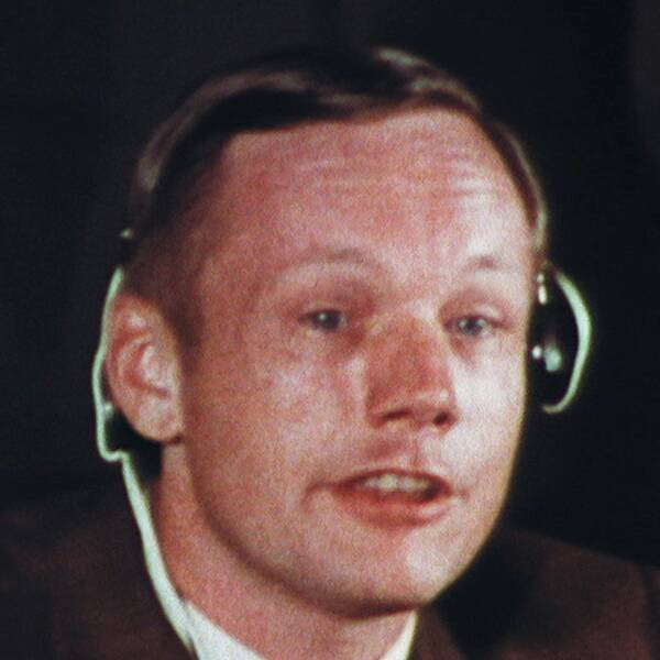 Tre bilder: den första på astronauten Neil Armstrong vid en intervju efter månlandningen. Bild två är på jorden sett från rymden. Bild tre är när Neil Armstrong sätter upp en flagga på månen.