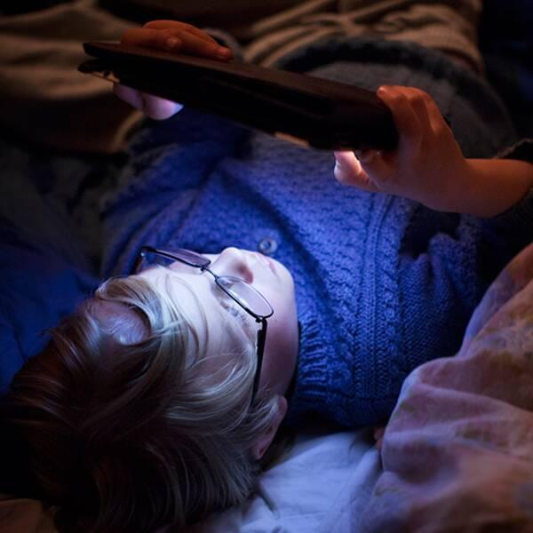 Ljuset från skärmar försämrar inte bara sömnen utan även minnet visar pågående forskning.