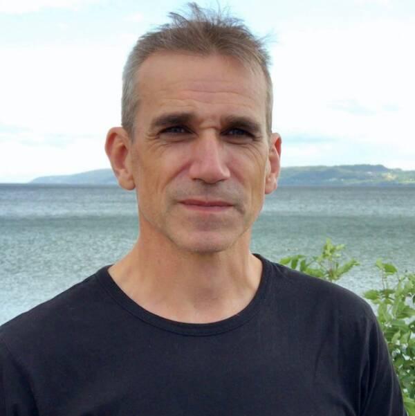 Måns Lindell, sötvattensekolog på Länsstyrelsen i Jönköping, och burk och diverse läkemedel på bord