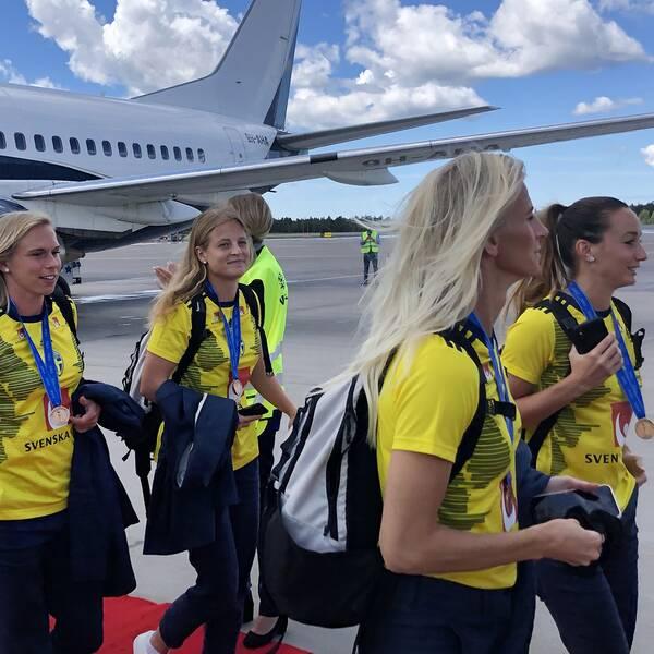 Sofia Jakobsson och Kosovare Asllani (till höger i bild) klev under måndagen ut på Landvetters landningsbana tillsammans med kollegorna i landslagstruppen