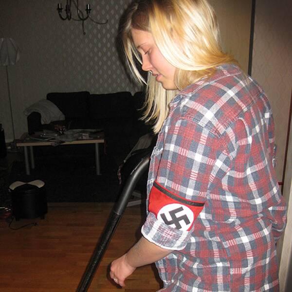 Bilder på Catharina Strandqvist i naziarmbindel. Enligt tidningen Expo är de äkta och tagna på en fest.