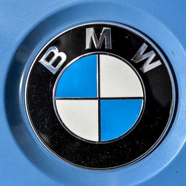 BMW-märke och flagga från transportstyrelsen