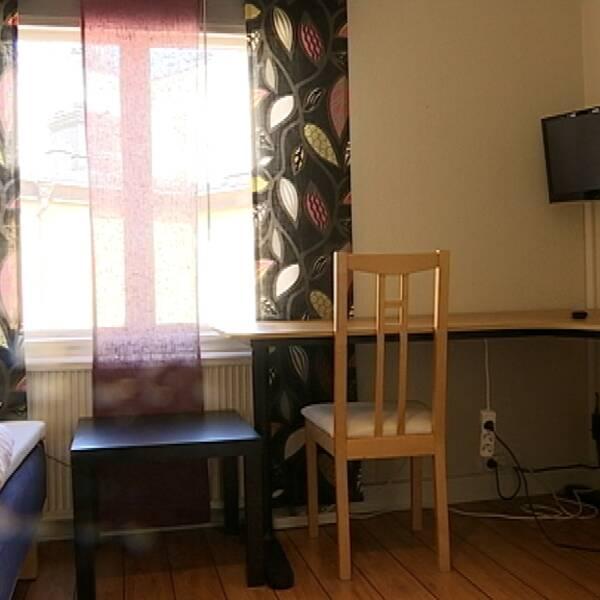 En säng och ett skrivbord i en av lägenheterna i gamla Hotel du Nord