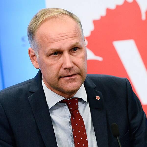 """Vänsterpartiets ledare Jonas Sjöstedt får nobben av S-ledaren Stefan Löfven. """"ett misstag"""", säger Sjösted som inte får bilda regering med Löfven."""