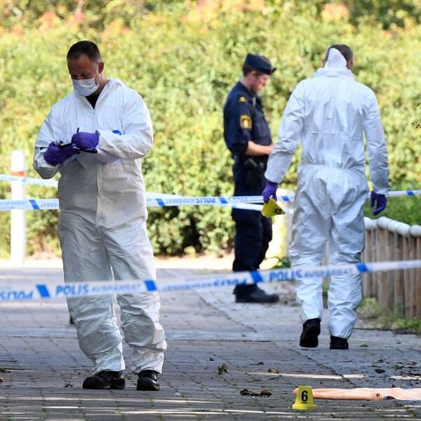 Polisens tekniker på platsen där en person ska ha blivit skjuten på Ribersborg i Malmö.