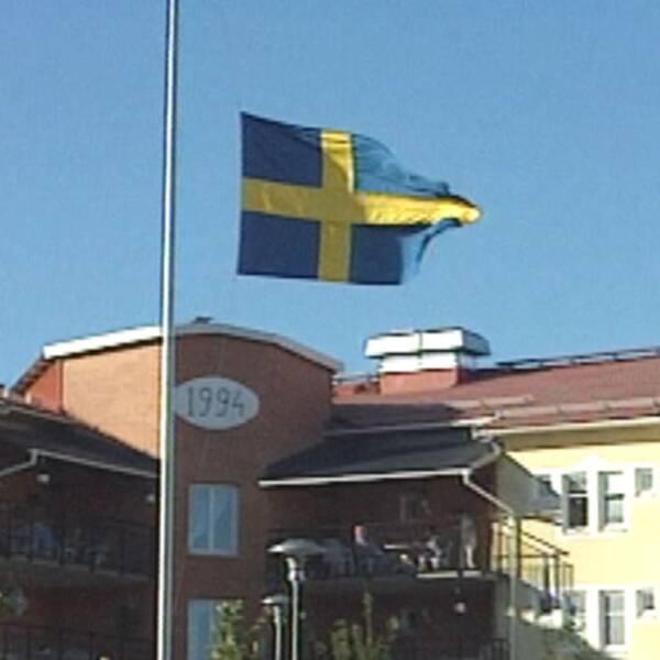 Flaggan vajade på halv stång