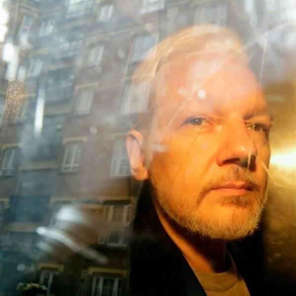 Arkivbild 1 maj 2019: Wikileaks-grundaren Julian Assange syns genom fönstret i ett fordon efter rättegången i London om att han brutit mot brittiska borgensregler.