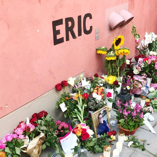 Blommor, ljus och hyllningar vid den plats där Eric Torell sköts.