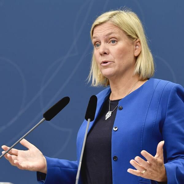 Finansminister Magdalena Andersson (S) visar siffrorna. Arkivbild.