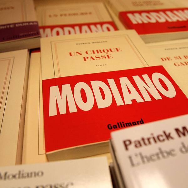Titlar av Modiano visas upp i en bokhandel i Paris.