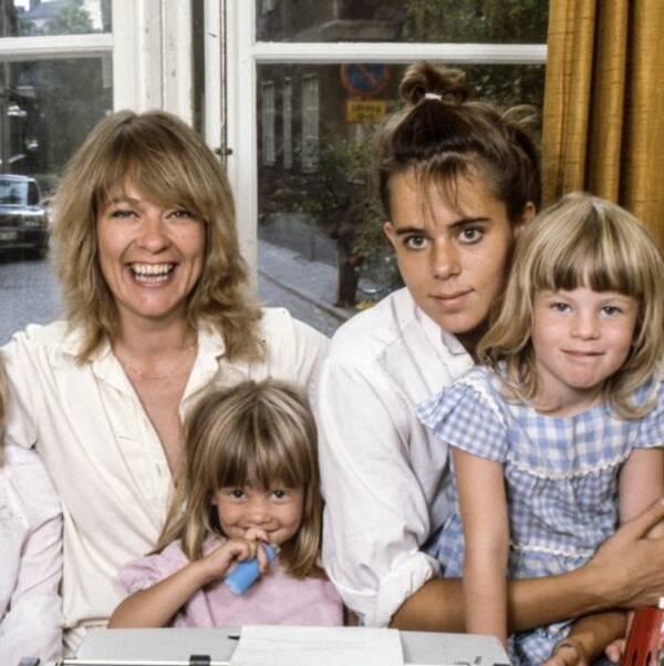 Författaren Anna Wahlgren med fyra av sina barn.