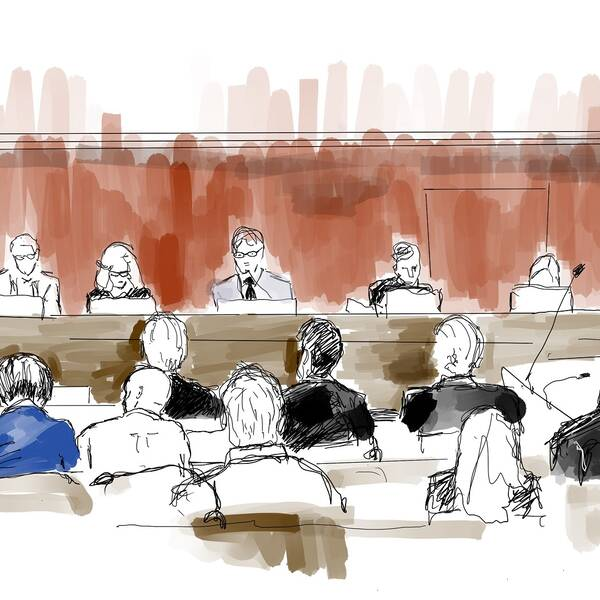Illustration från första rättegångsdagen. Åklagaren Martin Tidén (till vänster) och en av de åtalade i blå skjorta till höger tillsammans med försvarsadvokater. Den 3 oktober meddelade Stockholms tingsrätt att