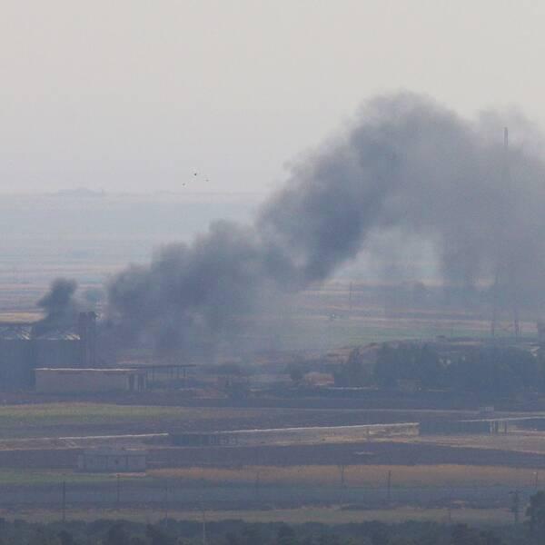 Rökpelare från byn Ras al-Ain i norra Syrien under attacken.