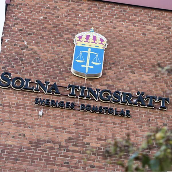 Bild på husfasaden och skylten hos Solna tingsrätt och bild på kvinnohand som håller upp en smartphone.