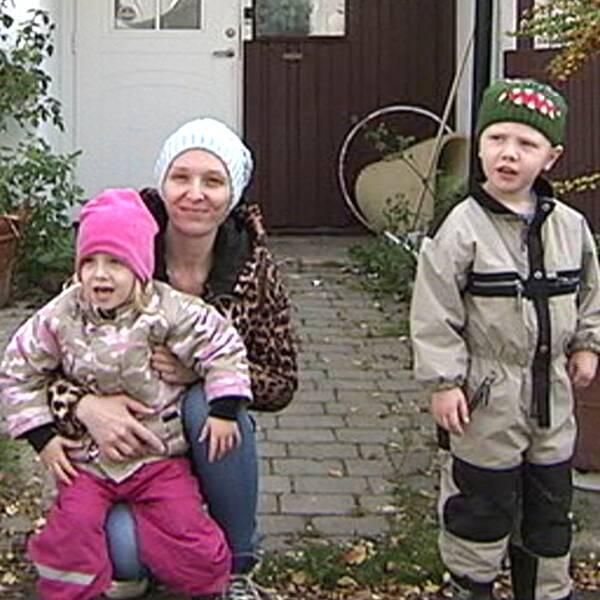 Delar av familjen Dahlberg utanför sitt hus i Fittja.