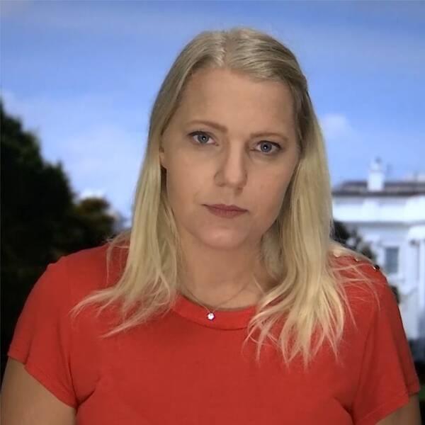 Till vänster: SVT:s korrespondent Carina Bergfeldt framför Vita huset. Till höger: President Donald Trump går in till presskonferensen.