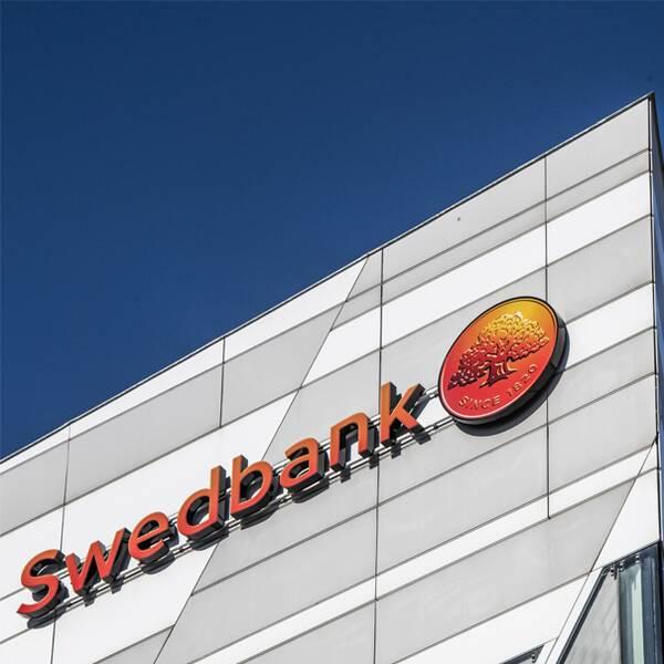 Bild på Swedbank-fasad och bankens vd.