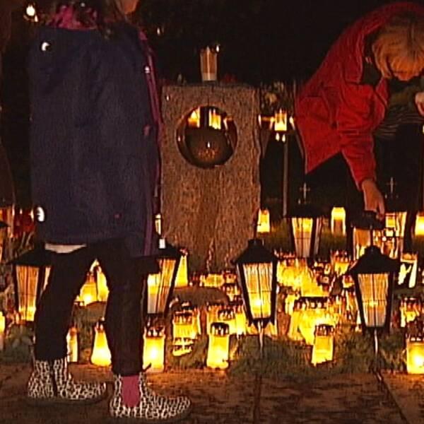 För ett år sedan mördades två personer i Ljungsbro utanför Linköping av en 34-årig man med ett järnrör. Ett dubbelmord som påverkade det lilla samhället starkt. I kväll samlades styrelsen för föreningen Trygga Ljungsbro för att tända ett ljus på den mördade pojkens grav.