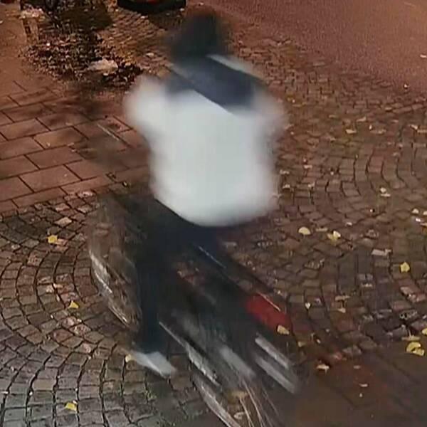 Filmen visar de två misstänkta gärningsmännen på cykel efter mordet på Jaafar vid Möllevångstorget den 9 november.