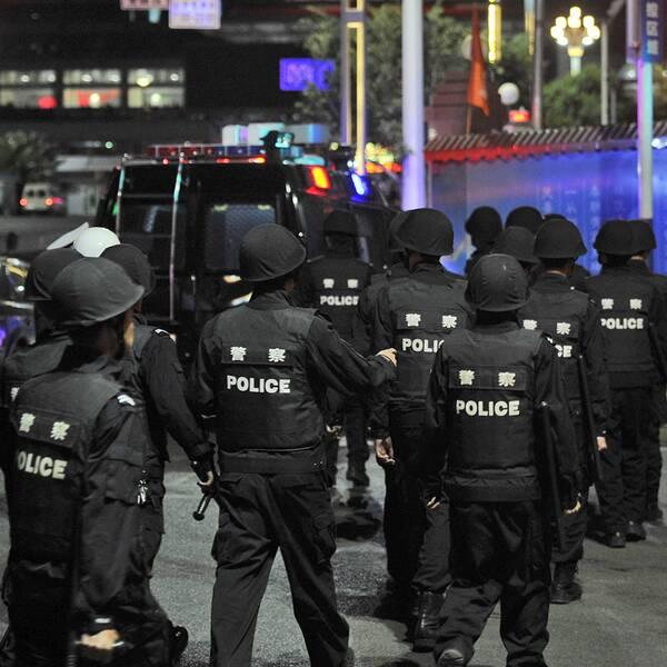 Kinesiska poliser utanför tågstationen i Kunming.