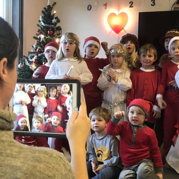 Pågående filminspelning på Öringe Montessoriförskola. Filmat Luciatåg.