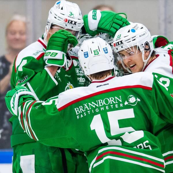 Rögles Kodie Curran jublar med lagkamrater efter 3-0 under ishockeymatchen i SHL mellan Rögle och Brynäs den 5 december 2019 i Ängelholm.