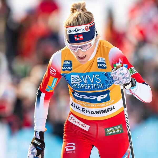 Therese Johaug framför glada hemmafans i Lillehammer.