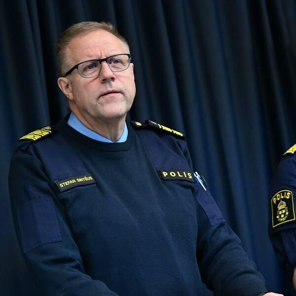 Stefan Sintéus står jämte Stefan Hector, både iklädda polisuniform, på presskonferens om Operation Rimfrost.