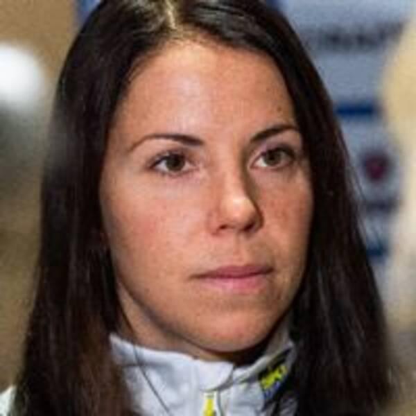 Charlotte Kalla stöttar Frida Karlsson, som just nu inte får tävla.