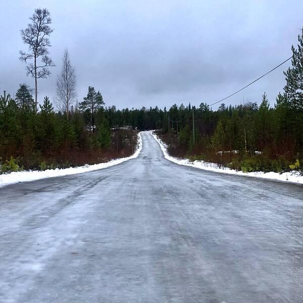 Söndag 15 dec på en isblank väg i Västerbotten. Tur att bilen har dubbdäck.