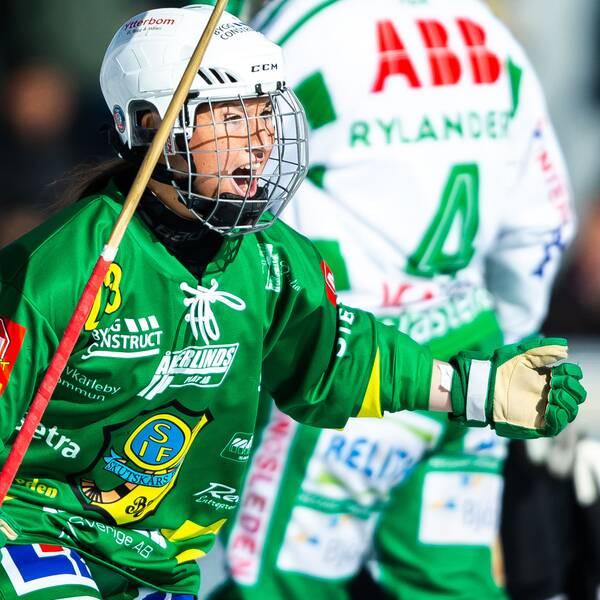Skutskärs Angelica Östlund jublar efter 3-2 under SM-finalen i bandy i våras.