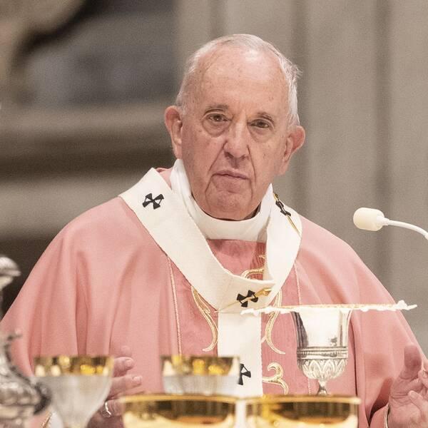 Påven Franciskus har nu lyft den påvliga sekretessen vilket gör det förbjudet att hänvisa till tystnadsplikt i stället för att anmäla övergrepp.