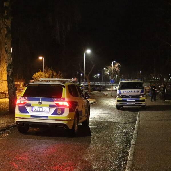 Polisbilar utanför en byggnad
