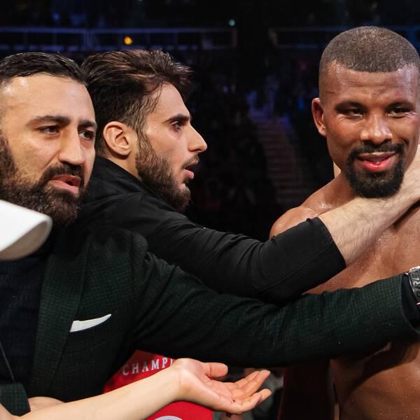 Arash Naderi, längst till vänster, är upprörd efter Badou Jacks förlust.
