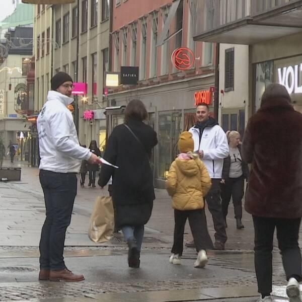 Emanuel Lindström (MED) och Nils-Erik Nilsson manifesterade mot avvecklingen av kärnkraft i Sverige – dagen innan reaktor 2 stängs av.