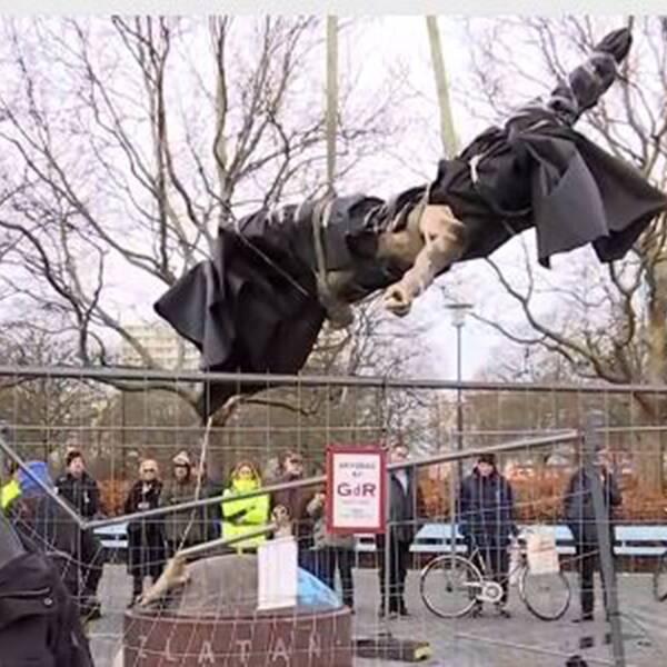 Här forslas Zlatanstatyn bort från sin plats i Malmö
