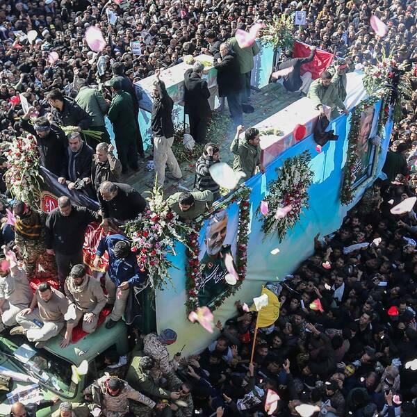 Enorma folkmassor på gatorna under begravningsprocessionen i Qassem Soleimanis hemstad Kerman