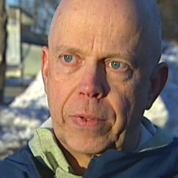 Vy över Storsjön vid Badhusparken, Östersund. Intervjubild på skallig man.