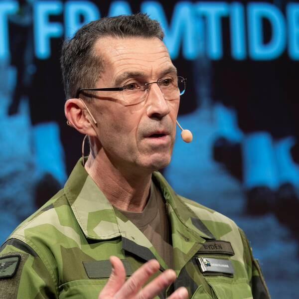 ÖB Micael Bydén talade på mot en overheadbakgrund där det står MOT FRAMTIDEN