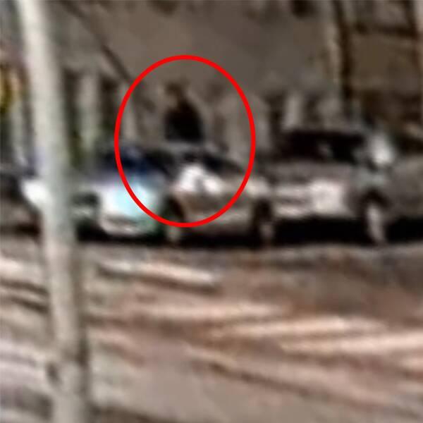 Bilder från övervakningskamera som visar hur en person går till en bil och åker iväg.