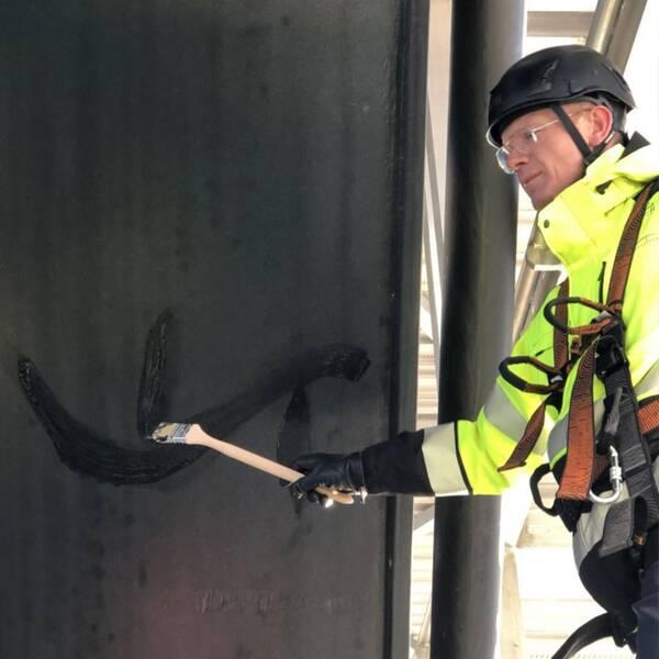 Öresundsbrons anläggningsdirektör Bengt Hergart tar första penseldraget på Öresundsbron.